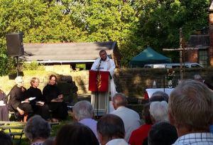 Bildet viser olsokmessen i St. Niclas kirkeruin i juli 2014. På talerstolen: Pater Haavar Simon Nilsen.